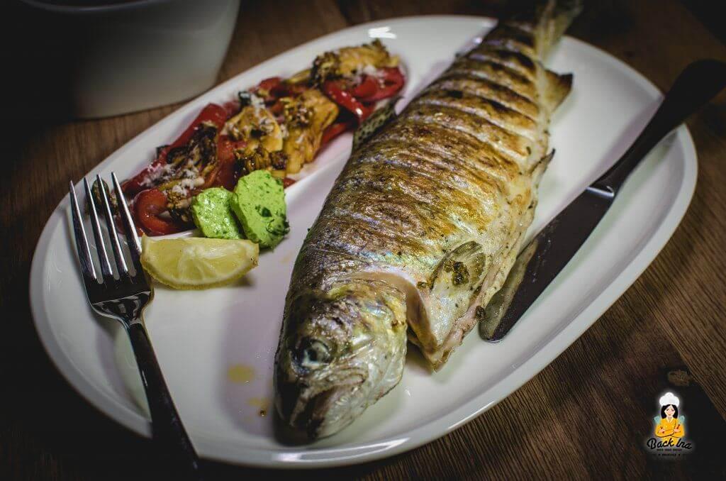 Forelle vom Grill mit Kräuter-Marinade und Chili-Marinade, dazu Grill-Gemüse und Kräuterbutter