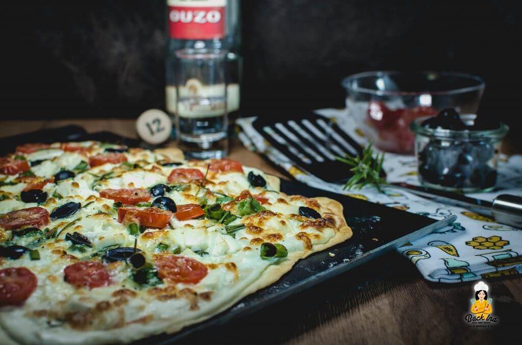 Vegetarischer Flammkuchen griechischer Art mit Feta und Tomaten