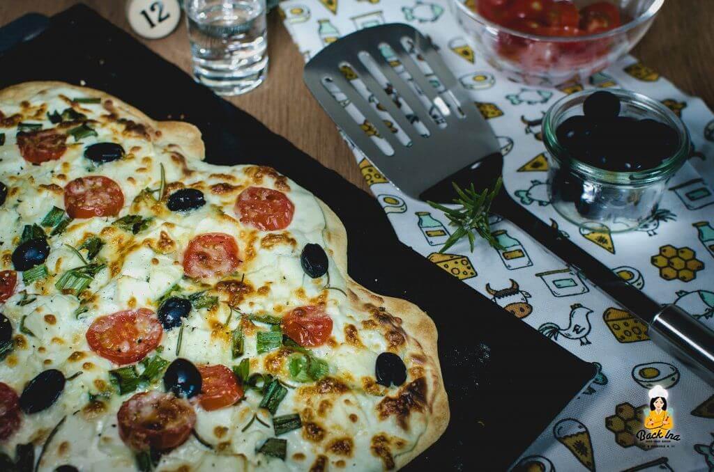 So machst du knusprig dünnen Flammkuchen zu Hause und ein griechischer Belag mit Feta und Tomaten