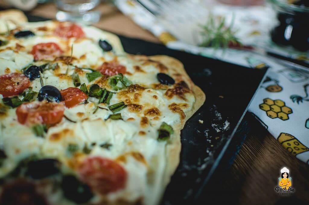 Knuspriger Flammkuchen mit vegetarischem Belag - griechische Art mit Feta und Tomate