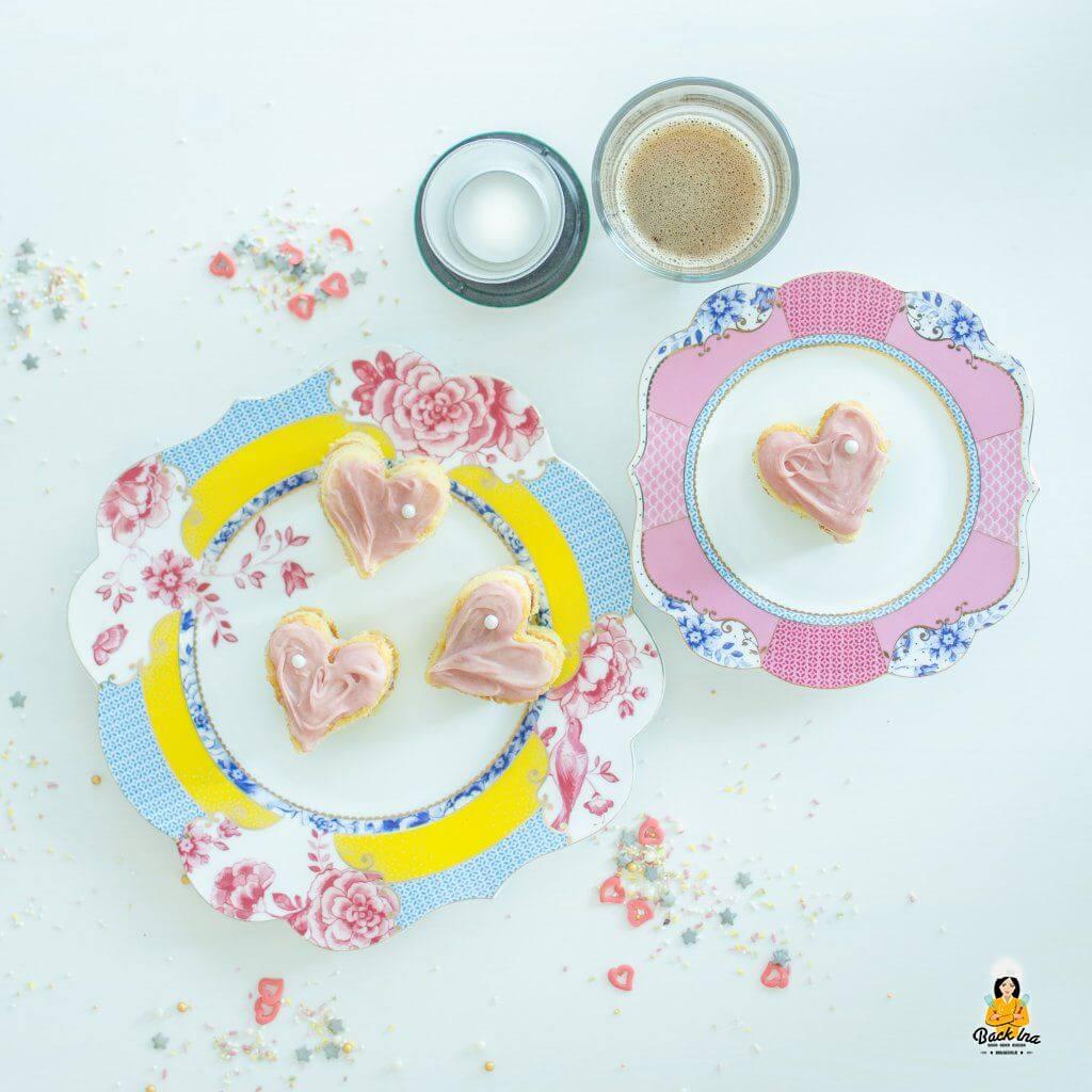 Schöne Idee zum Muttertag: Petit Fours mit Himbeeren in Herzform