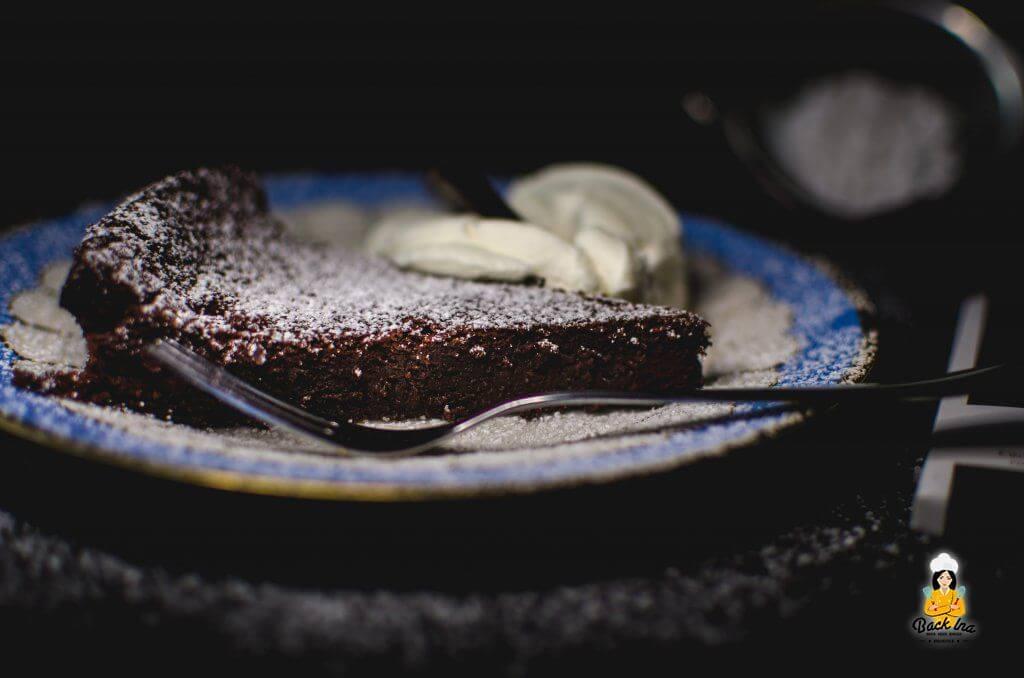 Extrem saftig und dabei locker: Schokotarte ohne Mehl, dafür mit dunkler Schokolade und Joghurt im Teig