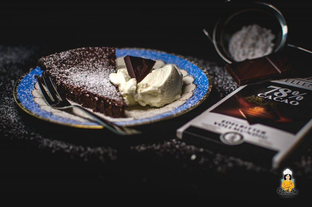 Perfektes Dessert mit dunkler Schokolade: Eiskalte Schokotarte ohne Mehl