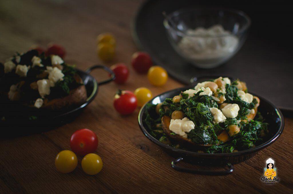 Vegetarische Kumpir, Süßkartoffel aus dem Ofen mit Spinat, Feta und Kichererbsen - orientalisches Sommergericht