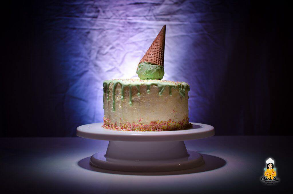 Ice Cream Cone Dripping Cake: Eine Torte mit einer Eiswaffel und geschmolzenem Eis als Deko - bunter Partyspaß für Kinder und Erwachsene!