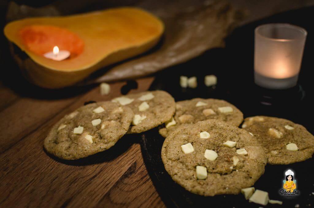 Saftige Cookies mit hellen Schokostücken und Kürbis