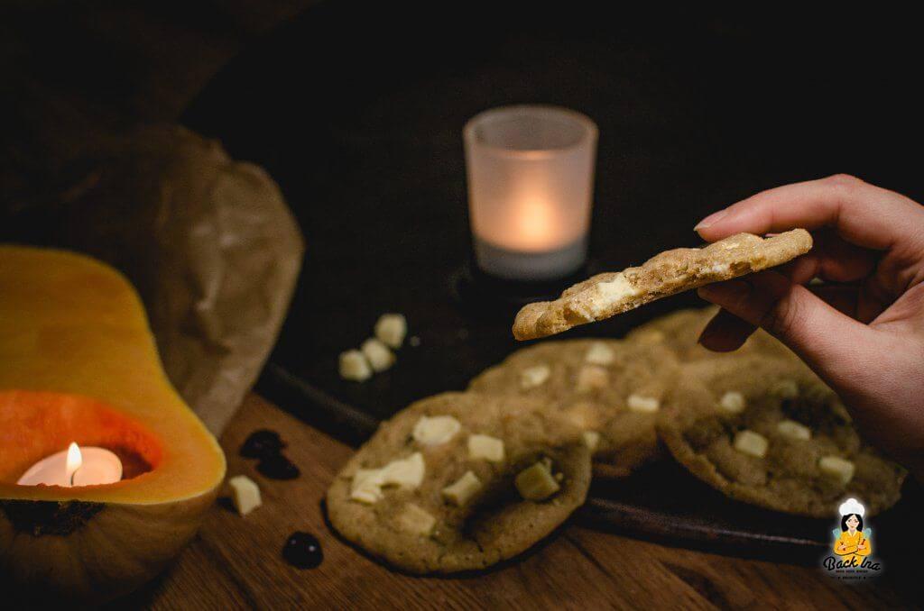 So chewy: Weiche American Cookies mit Kürbis im Teig, Gewürzen, weißer Schokolade und Cranberries.