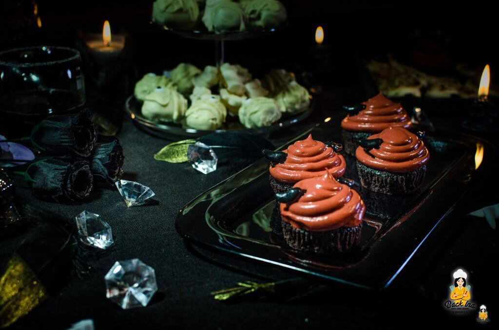 Teufels Cupcakes zu Halloween, dazu Mumien Cakepops
