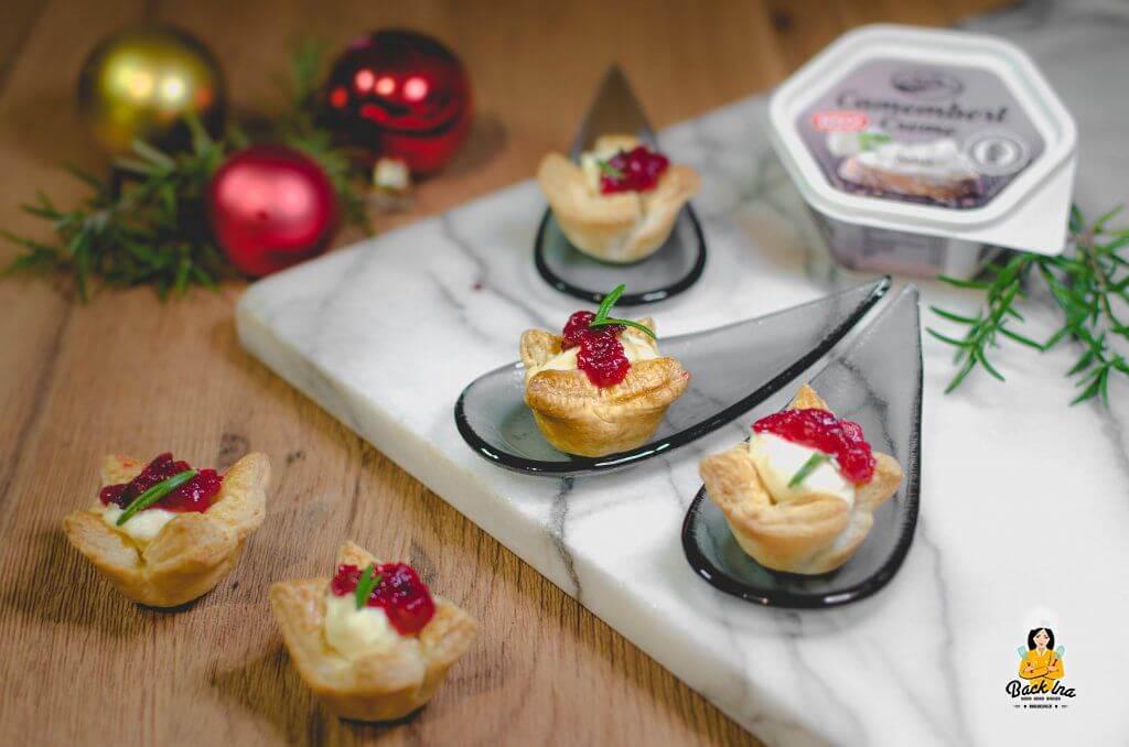 Selbstgemachte Cranberry Marmelade, Camembert Creme und Blätterteig ergeben eine festliche Vorspeise mit Käse