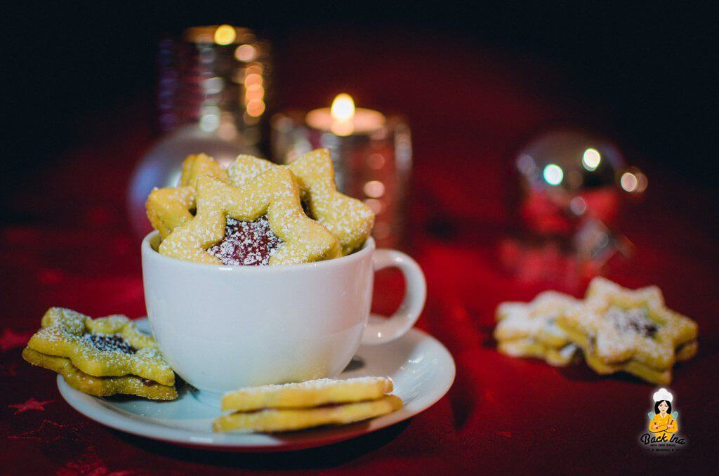 Zarte Linzer Plätzchen mit Mandelgeschmack und säuerlichem Gelee gefüllt - Plätzchen mit Paradiescreme im Teig