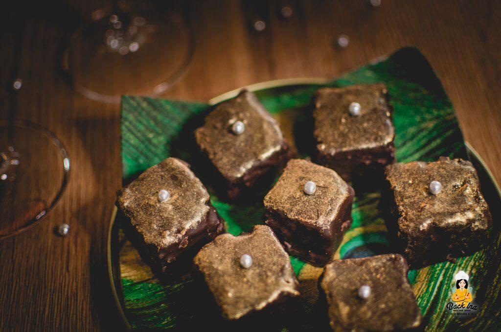 Goldene Brownie Würfel als Fingerfood an Silvester