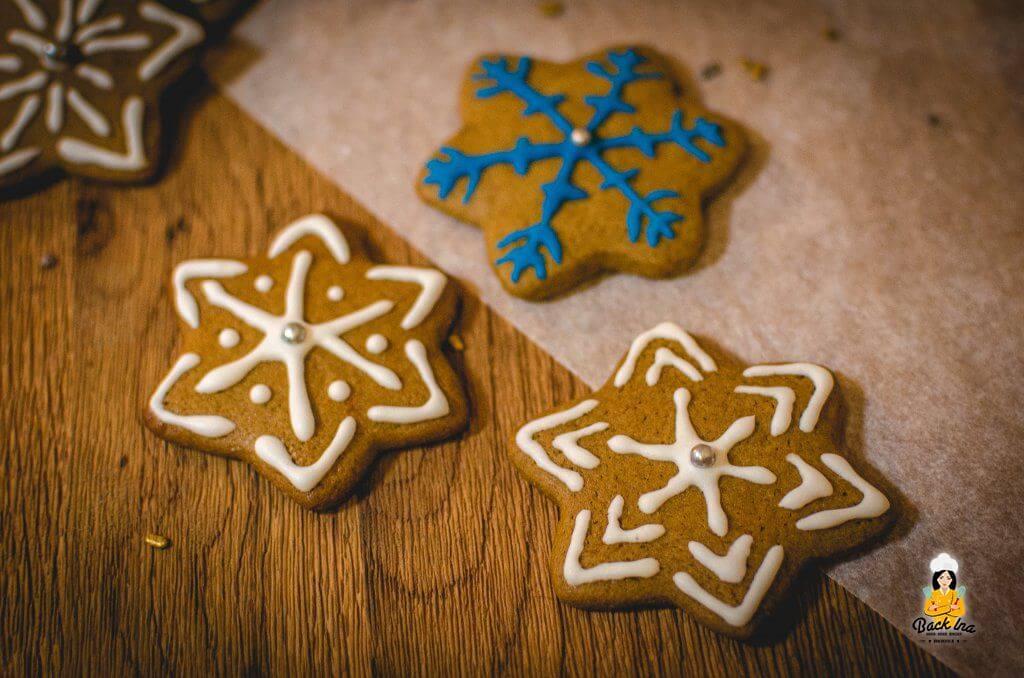 Schneeflocken mit Royal Icing auf Plätzchen