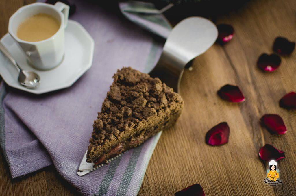 Cremige Schoko-Puddingfüllung, knusprige Streusel und saftige Kirschen: Dieser Sonntagskuchen ist eine Sünde wert!