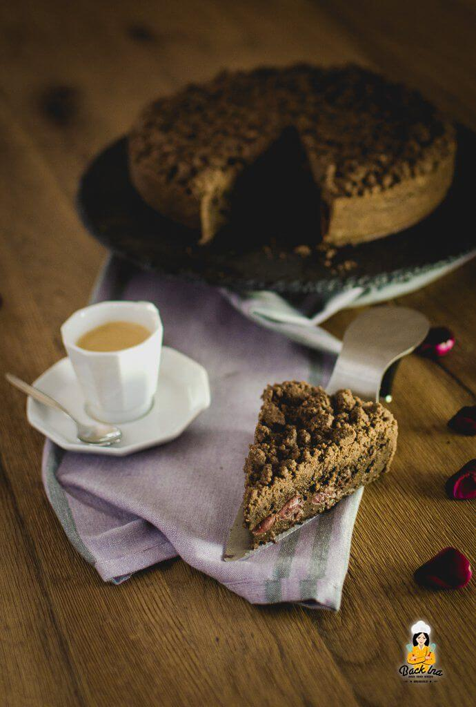 Schokolade und Kirschen in Kombination: Ein Schoko-Streuselkuchen mit Puddingfüllung und Kirschen