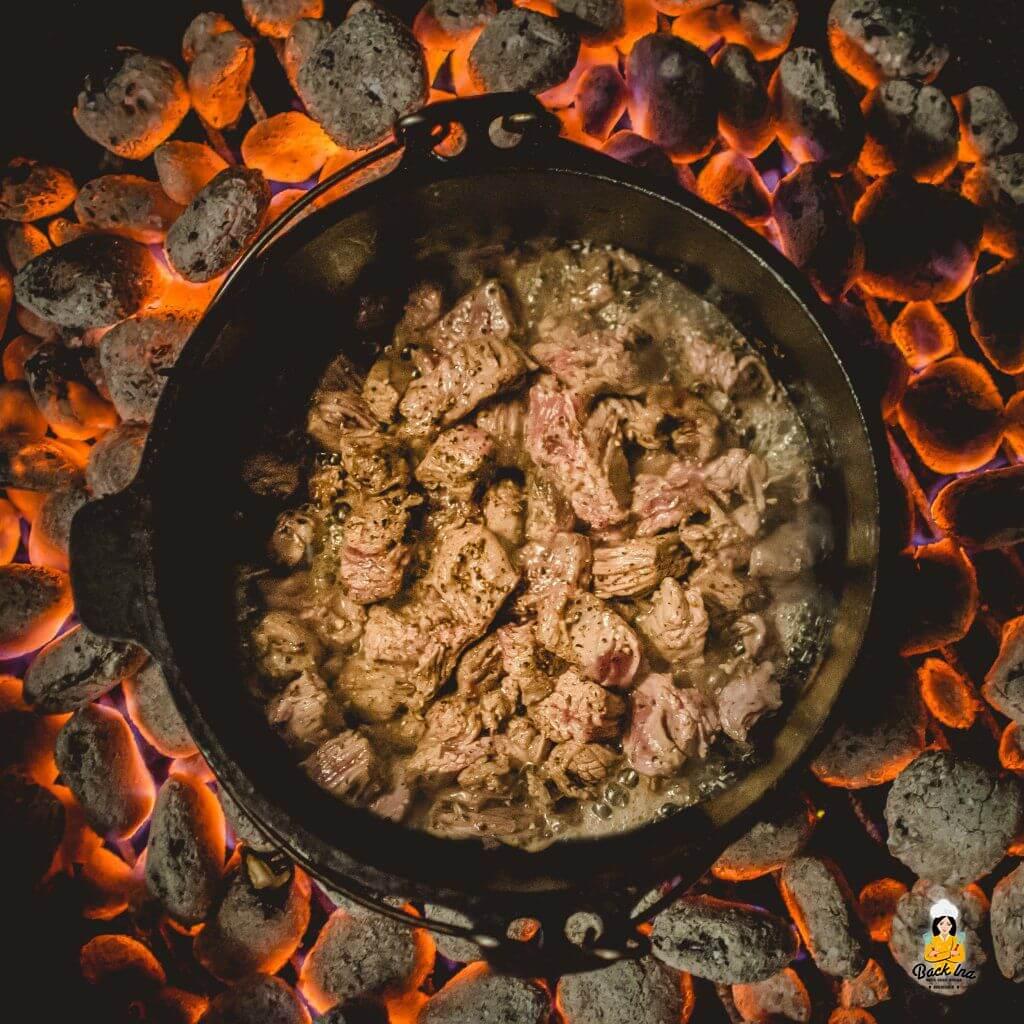 Fleisch im Dutch Oven anbraten
