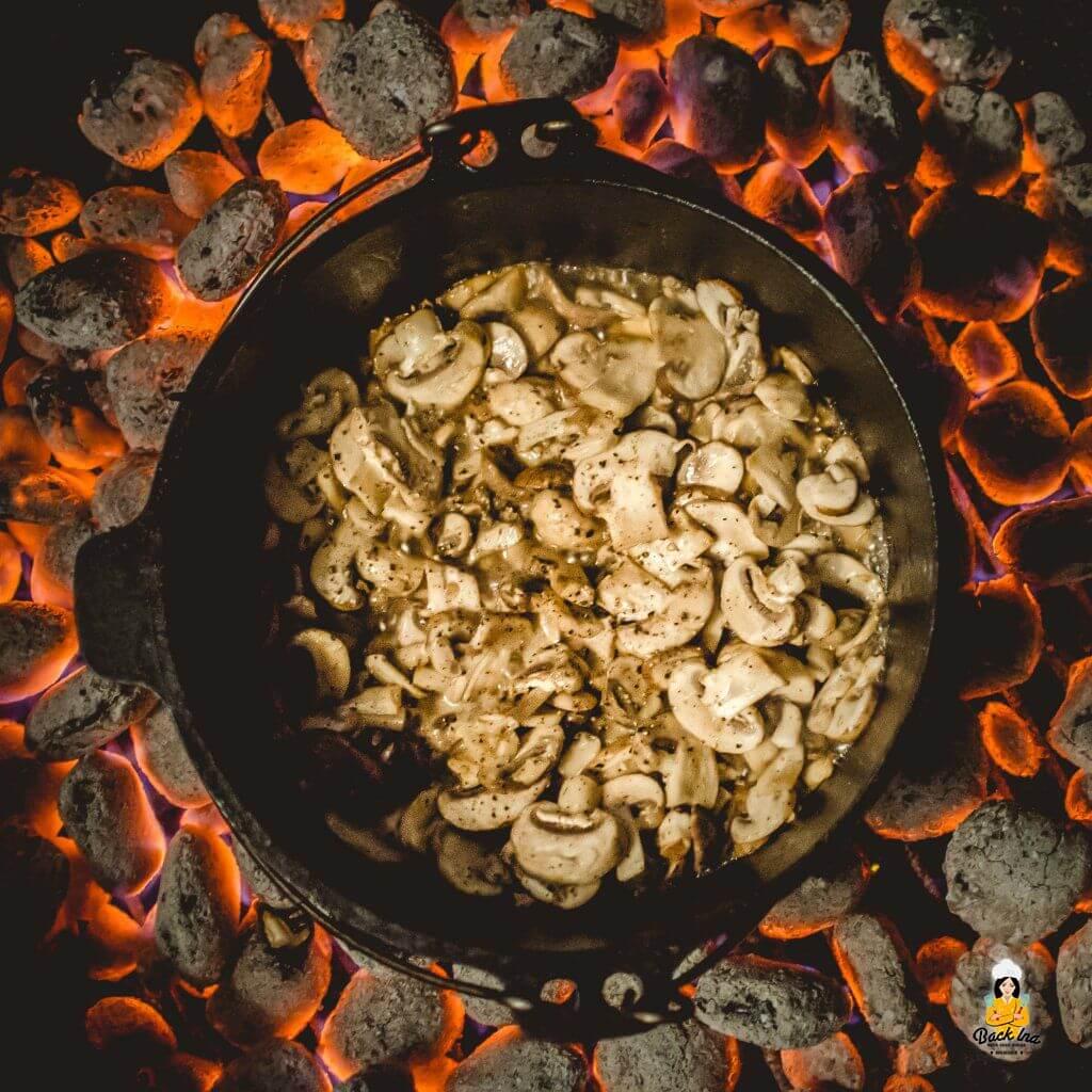 Pilze im Dutch Oven anbraten