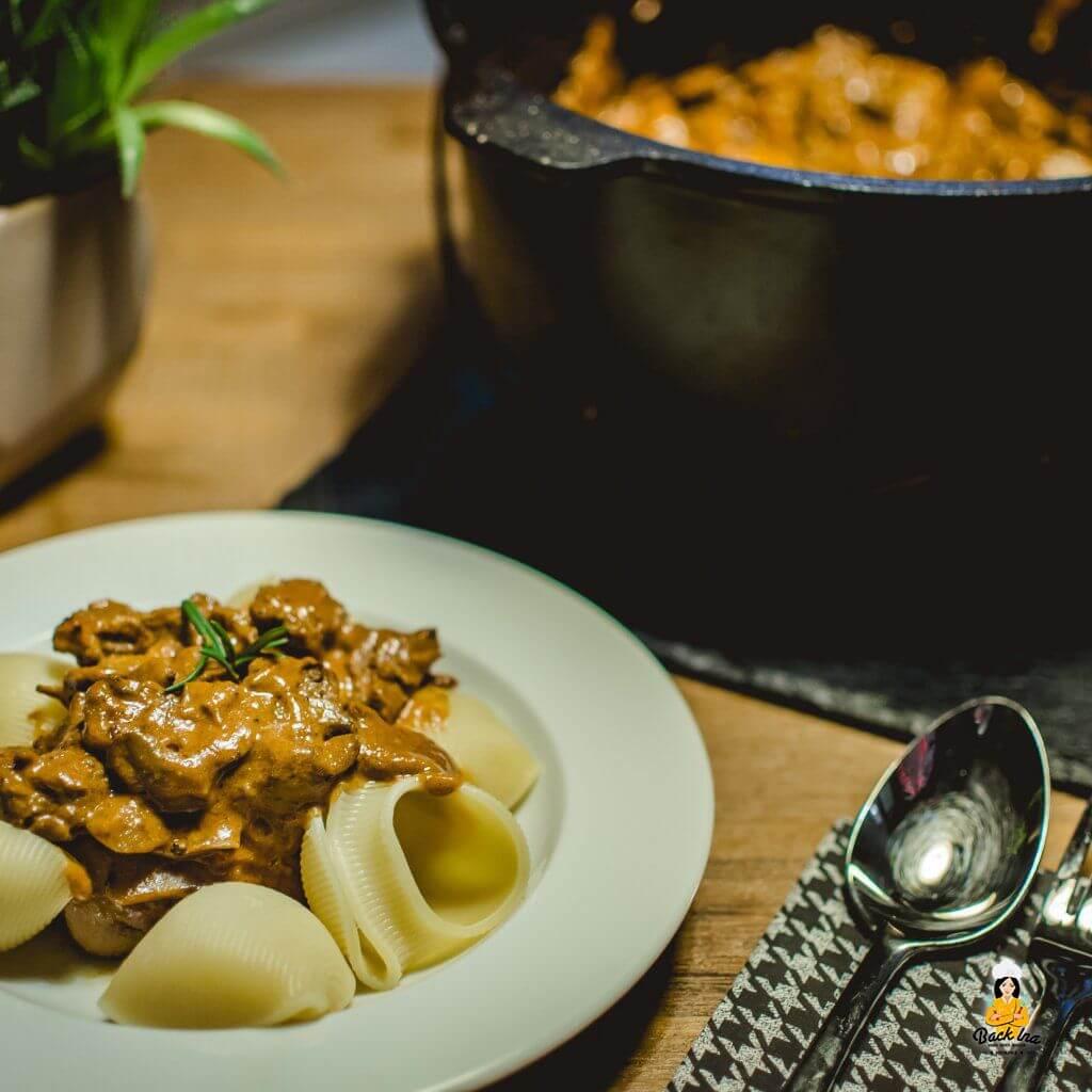 Boef Stroganoff ist Rindfleisch Ragout mit Pilzen: So machst du das leckere Gericht im Dutch Oven