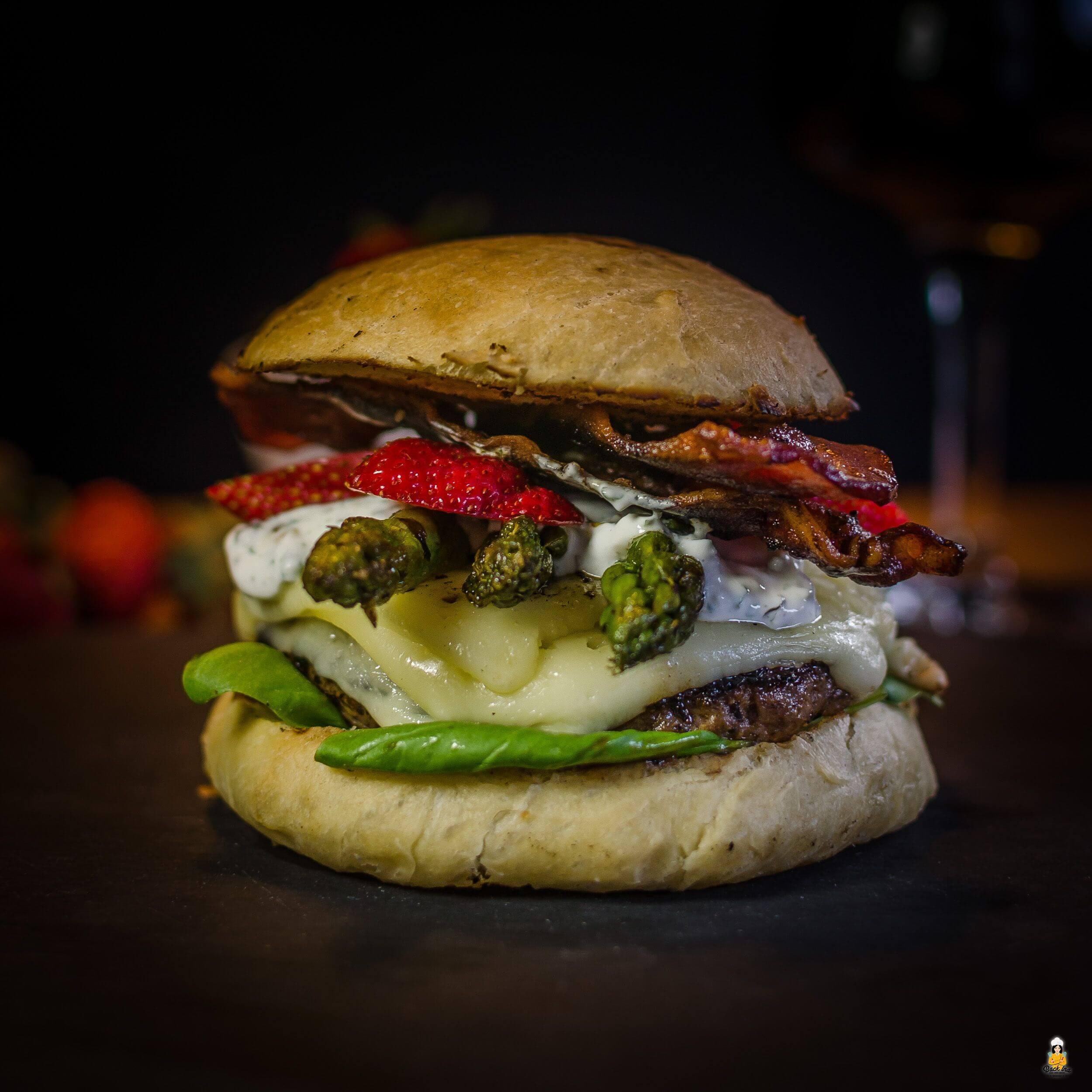 Spargel Burger mit Erdbeeren, Bacon und Kräutercreme | BackIna.de