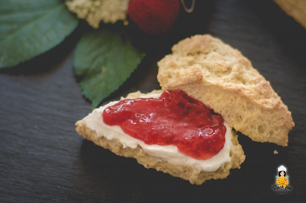 Joghurt Scones mit Erdbeermarmelade - einfaches Scones Rezept