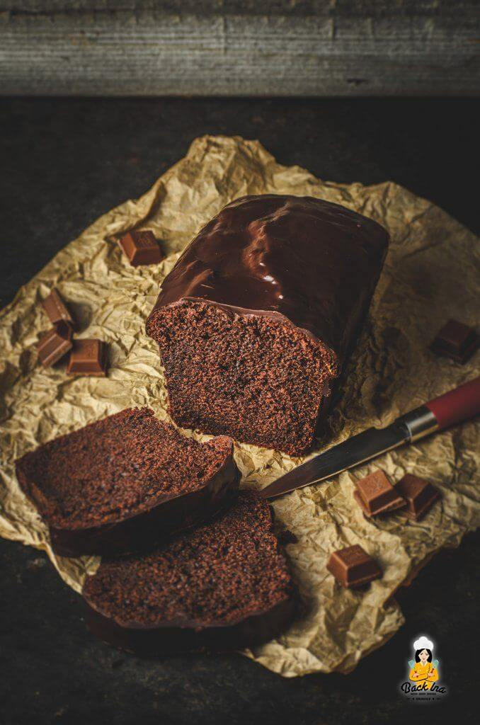 Du suchst den perfekten Schokokuchen? Dieser Schokoladenkuchen schmeckt besser als die Backmischung - sehr saftig und dennoch locker!