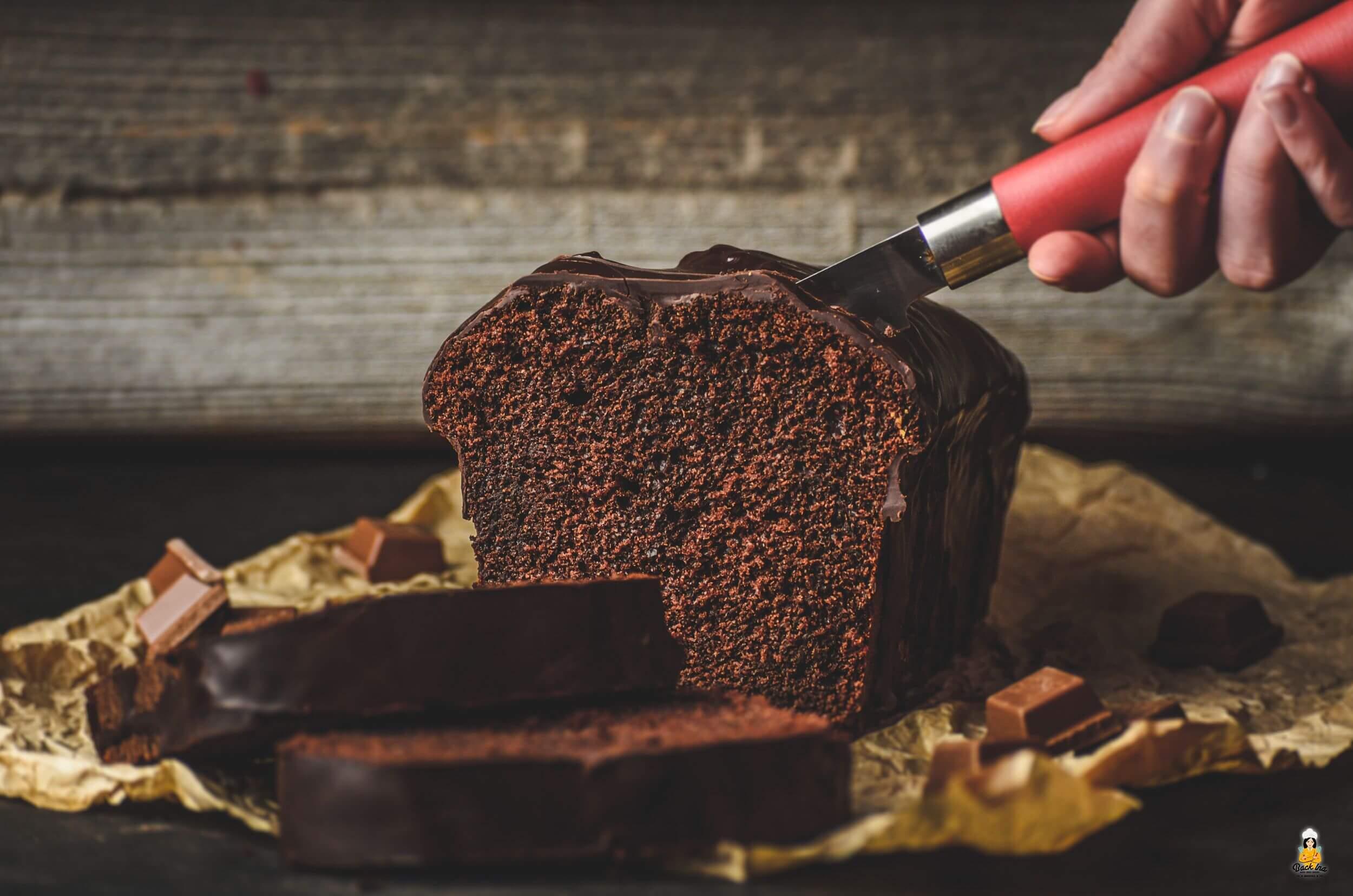 Schokoglasur gehört natürlich dazu zum besten Schokokuchen der Welt: Saftig, locker und sooo schokoladig!