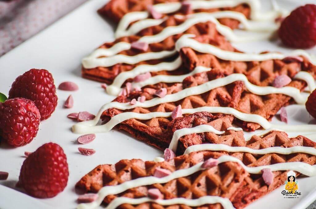 Red Velvet Waffeln - der beliebte amerikanische Kuchen als Waffeln: Frühstücksidee zum Muttertag oder Valentinstag