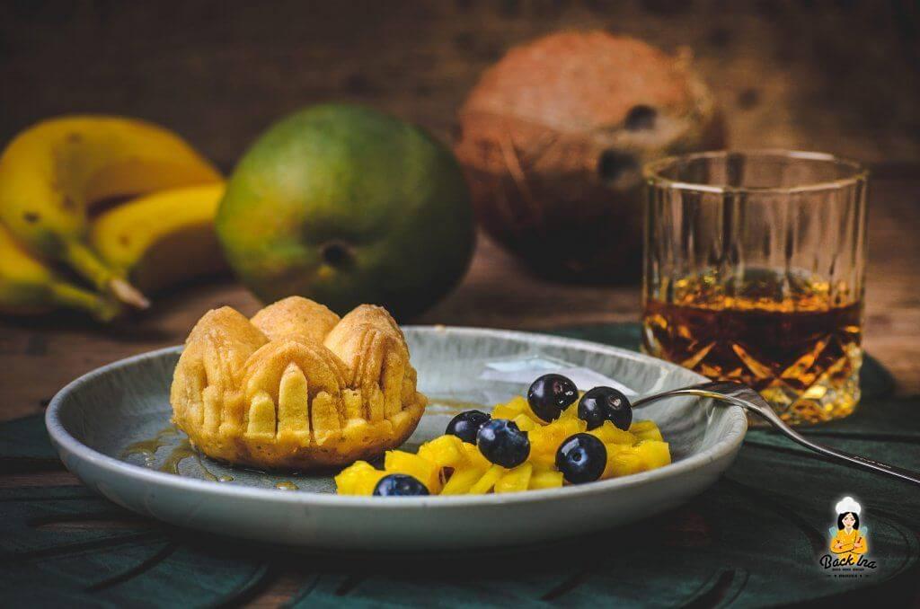 Perfektes Dessert für eine Grillparty: Mini Rumkuchen mit Fruchtsalat - Dessertidee aus der Karibik