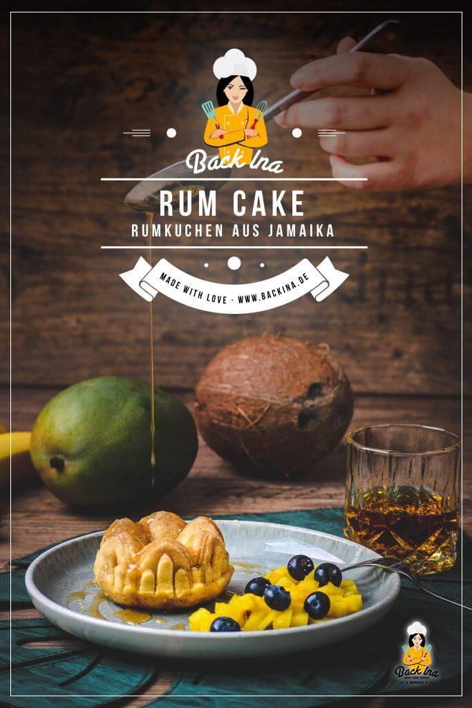 Suchst du ein karibisches Dessert? Dieser Rum Cake ist das perfekte Dessert für den Sommer! Saftiger Rührkuchen mit Rum, der mit reichlich aromatischem Rum-Sirup getränkt ist. Dieser Rum Kuchen ist schnell zubereitet und der Rührkuchen schmeckt mit Rum-Sauce und Fruchtsalat herrlich tropisch! Das perfekte Dessert für die Grillparty! | BackIna.de