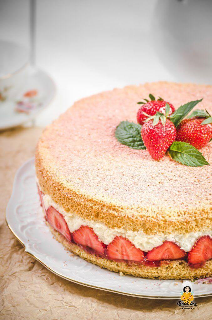 Erdbeerkuchen mal anders: Als Torte mit Vanillecreme wie vom Bäcker und luftigem Mandelbiskuit