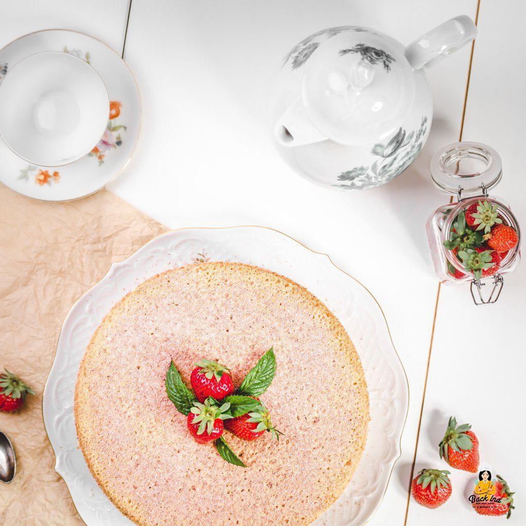 Erdbeertorte mit Mandelbiskuit und Vanillecreme - einfaches Rezept