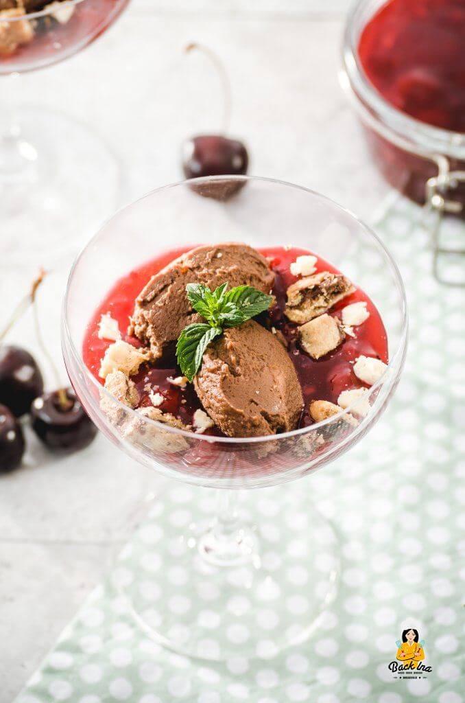 Tolles Dessert im Glas für Festtage: Kirschgrütze, Cookies und Schokomousse in Kombination