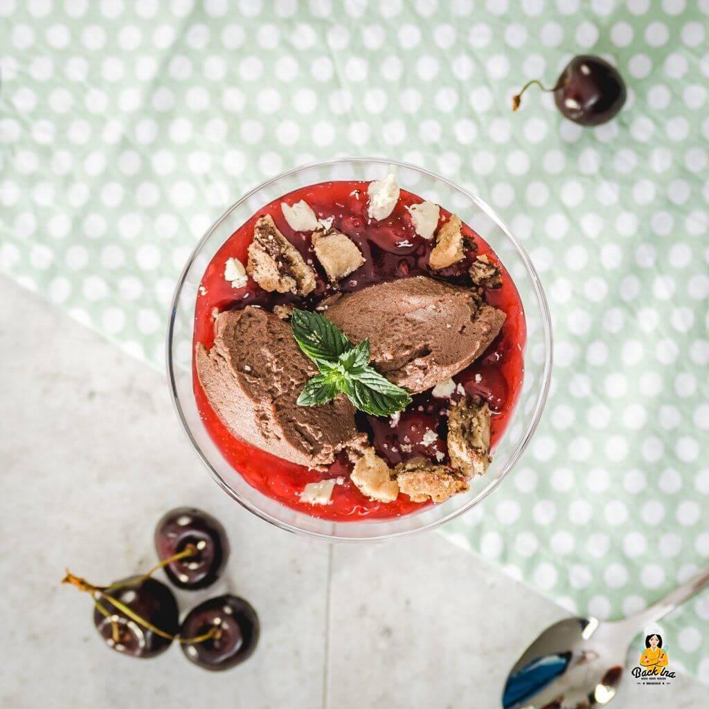 Einfaches Mousse au Chocolat ohne Ei als Dessert im Glas: Mousse-Nocken mit Kirschgrütze und Keksbröseln