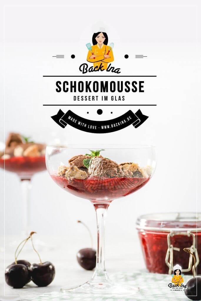 Suchst du ein einfaches, aber effektvolles Dessert im Glas, z.B. für einen Geburtstag oder zu Weihnachten? Dann ist dieses Schokomousse ohne Ei auf Kirschgrütze mit Cookie-Bröseln genau richtig! | BackIna.de