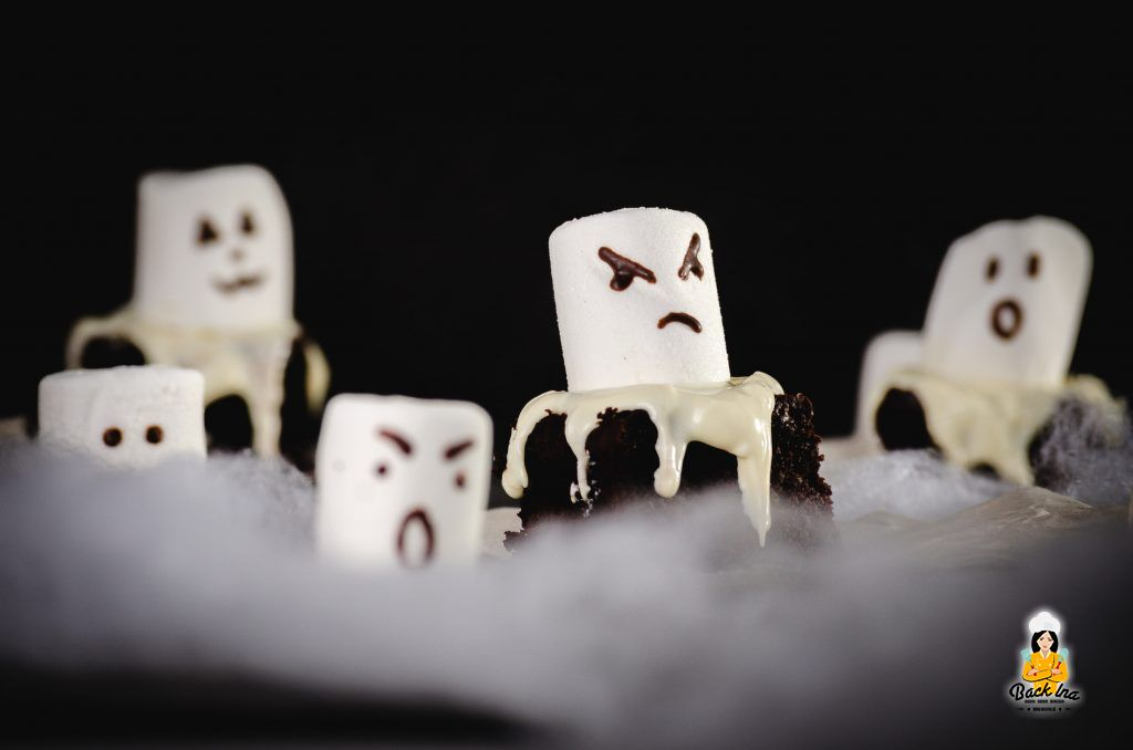 Halloween Brownies in Form von Geistern: Schnelle Idee fürs Halloween Buffet