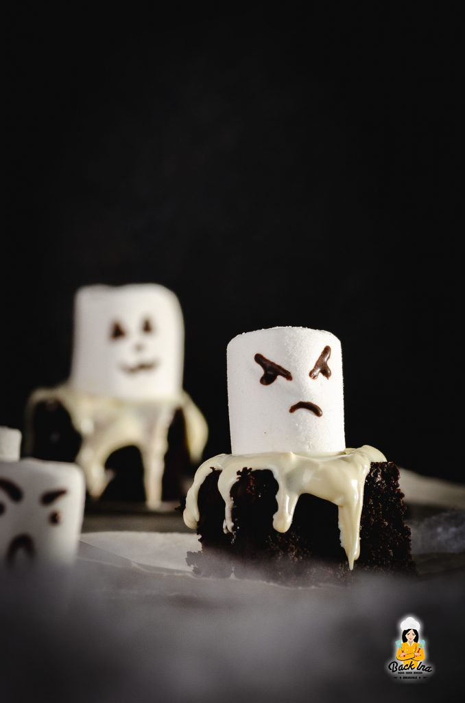 Halloween Geister: Brownies mit Marshmallows verziert
