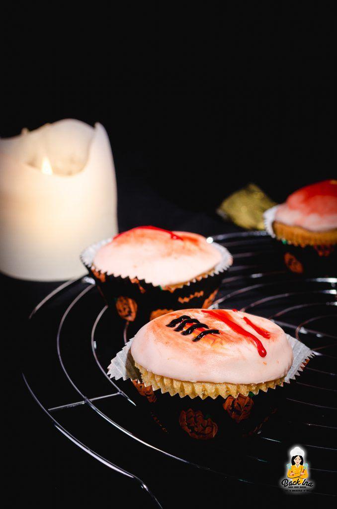 Cupcakes mit Fondantdeko für Halloween: Diese essbaren Wunden wirken täuschend echt und sind schnell zubereitet