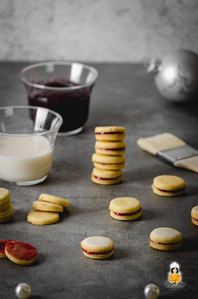 Gefüllte Doppeldecker Kekse mit Marmeladenfüllung und Rum-Glasur: Das sind Rumkränzchen