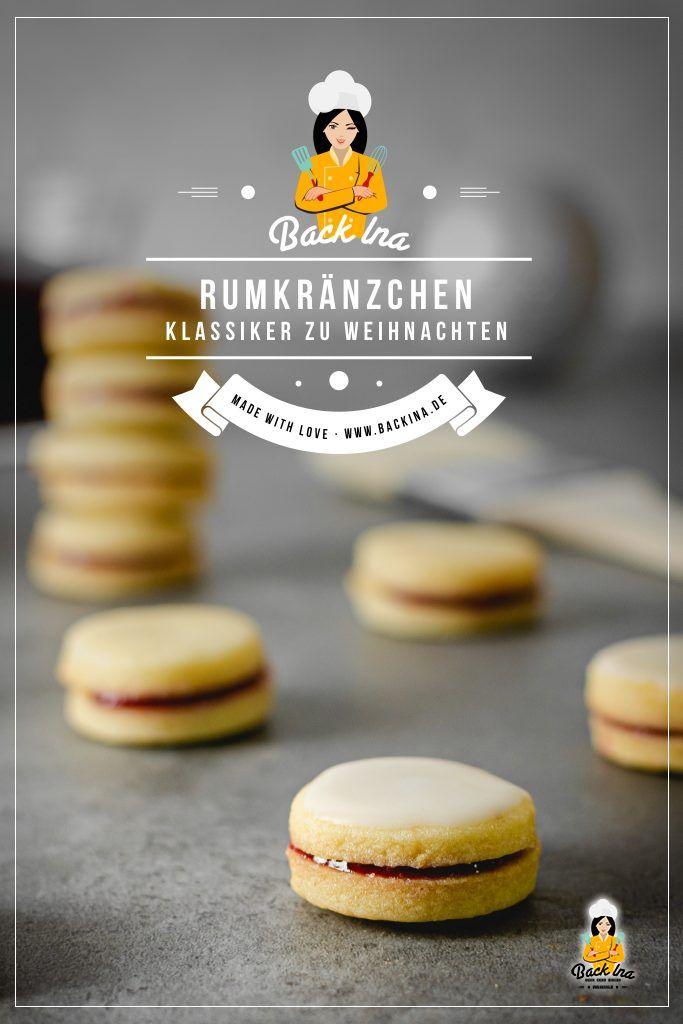 Mürbeteig Kekse mit Johannisbeergelee und Rum-Zuckerglasur: Die Rumkränzchen sind ein Klassiker auf dem Plätzchenteller, der in keinem Jahr fehlen darf! Ich zeige dir, wie du die leckeren Rumplätzchen selber machst. Fang am besten schon 2 - 3 Wochen vor Weihachten an, denn du kannst diese Plätzchen gut im Voraus zubereiten. Mit etwas Lagerzeit werden die Rumkränzchen immer besser! | BackIna.de