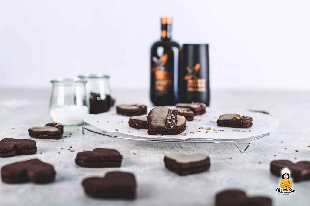 Rum Herzen - Schoko Mürbteigplätzchen mit Pflaumenmus und Rum-Glasur