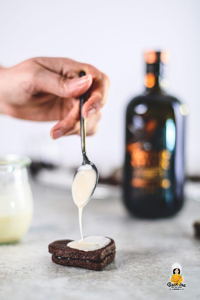 Schokoladenplätzchen glasieren: Rum Herzen mit Pflaumenmus gefüllt