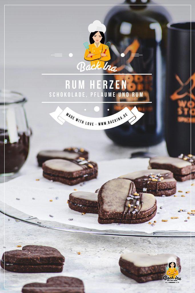 Suchst du ein leckeres Plätzchen Rezept mit Rum? Diese Schoko-Plätzchen sind gefüllt mit Pflaumenmus und mit einer Rumglasur verfeinert! Die Rumherzen sind eine tolle Idee für besondere Weihnachtsplätzchen, aber auch rund ums Jahr. Probier diese Schokoplätzchen unbedingt aus! | BackIna.de