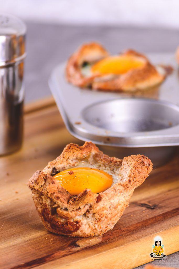 Ei-Muffins mit Spinat und Toast zum Brunch