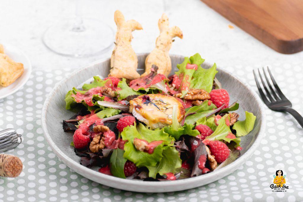 Vorspeise für Ostern: Salat mit Ziegenkäse, Himbeeren und knusprigen Kräuter-Osterhasen