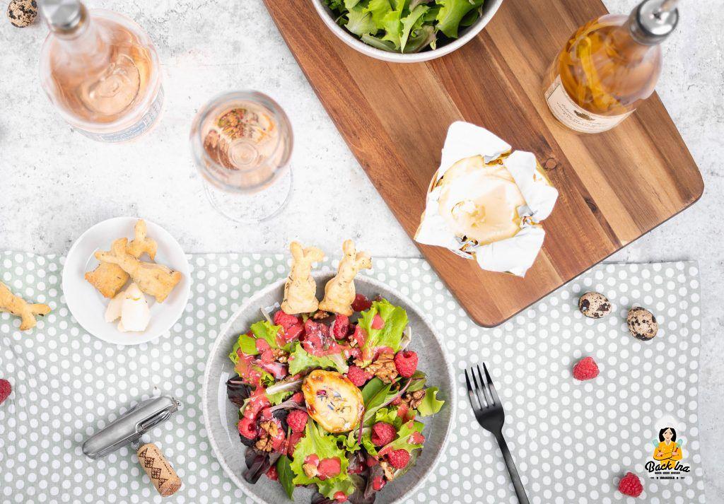 Französischer Salat mit gebackenem Ziegenkäse und Himbeeren, dazu Kräuter Cracker
