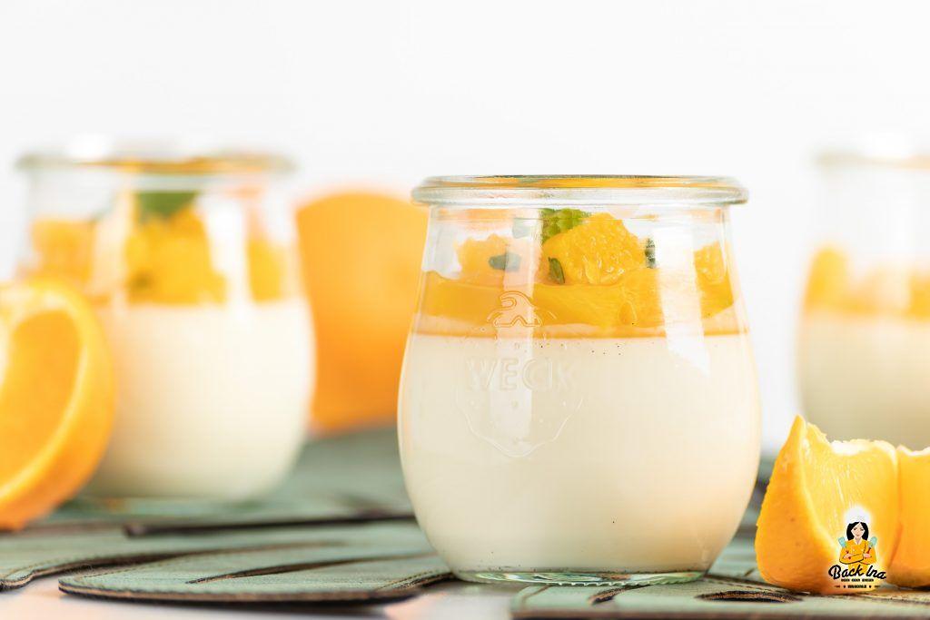 Festliches Dessert im Glas: Panna Cotta mit Orange und Minze