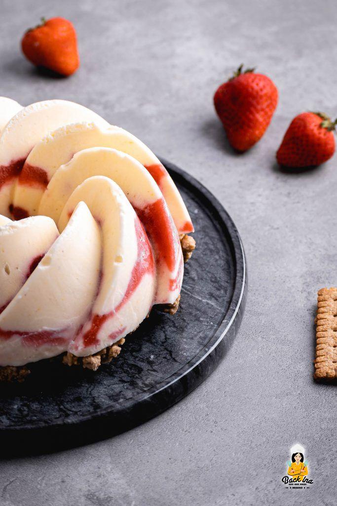 Eistorte mit Joghurt und Erdbeeren