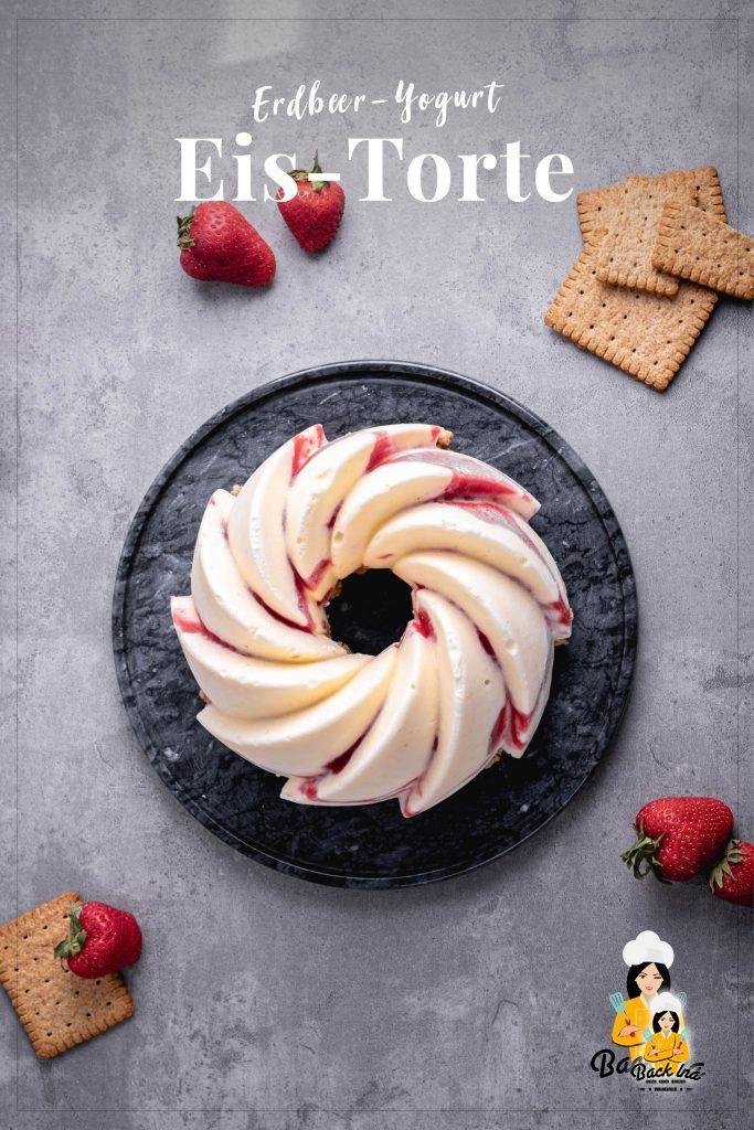 Suchst du ein tolles Sommerdessert? Diese Eistorte mit Joghurt und Erdbeeren ist perfekt als Dessert bei einer Grillparty für die größere Runde. Einfach gemacht und so erfrischend! | BackIna.de