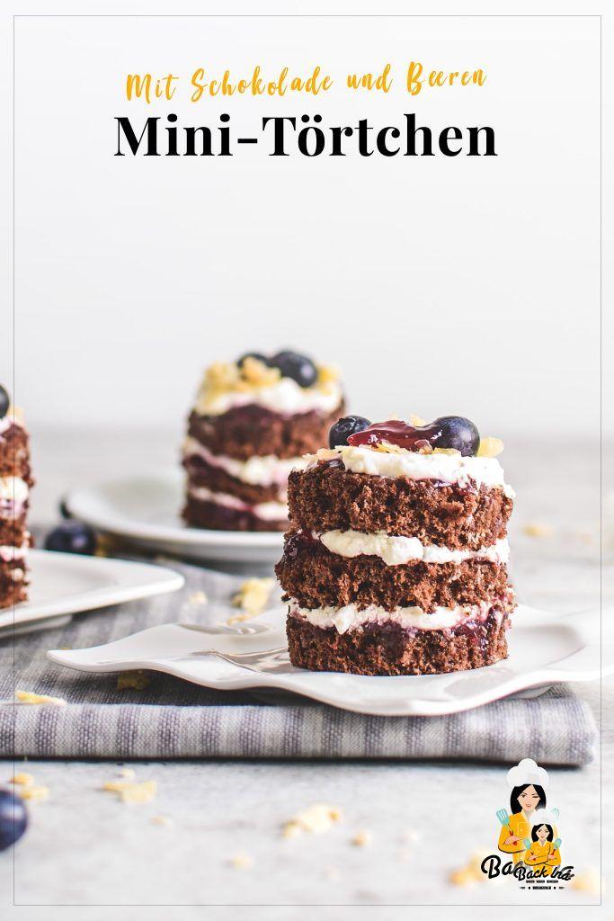 Frühlingshaft: Mini Naked Cakes mit Schokolade und Beeren! Diese Schoko Beeren Törtchen sind ideal für den Kaffeeklatsch :)