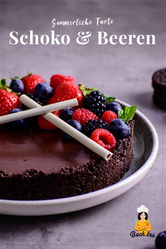 Cremig, schokoladig und ganz einfach gemacht: Die Schoko Beeren Tarte ist eine Kühlschranktorte, die Schokoliebhaber begeistern wird! Probier auch du dieses cremige Dessert mit Oreo Boden. | BackIna.de