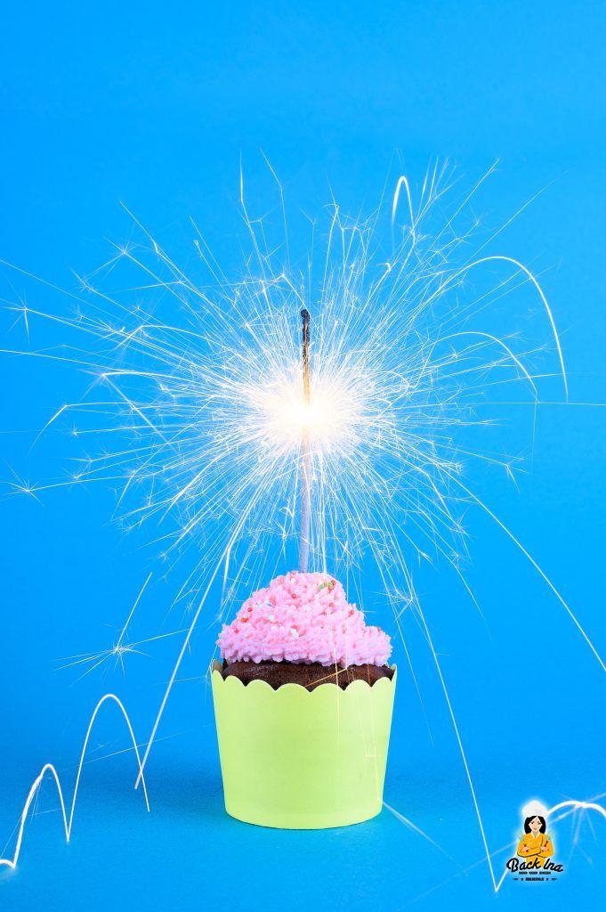 Cupcake mit brennender Wunderkerze